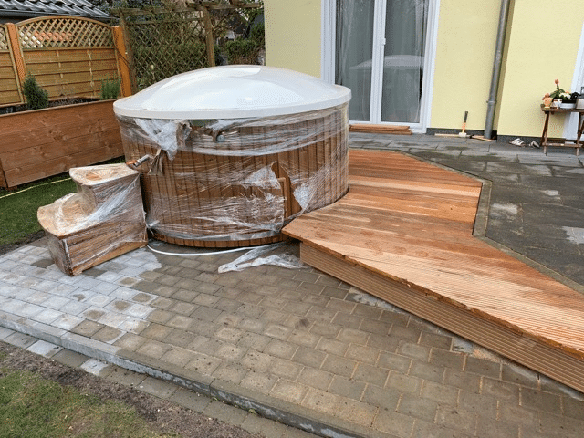 Bath tub edging of the wooden terrace - Bath tub embedded in the terrace