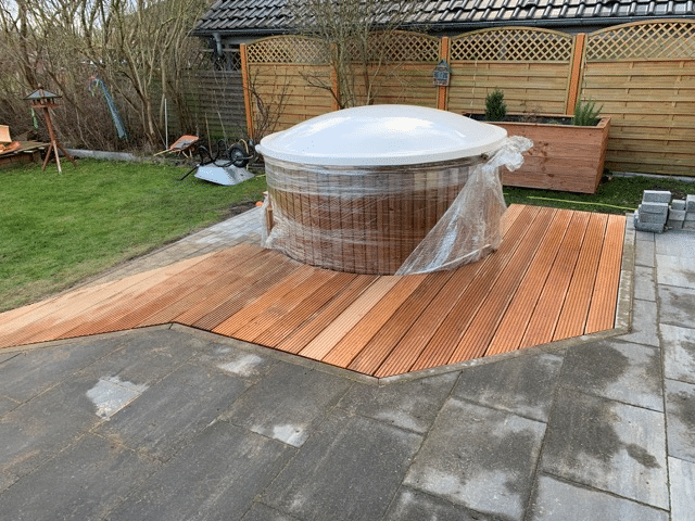 Outdoor hot tub in wooden garden terrace (bath tub, tub, hot tub)